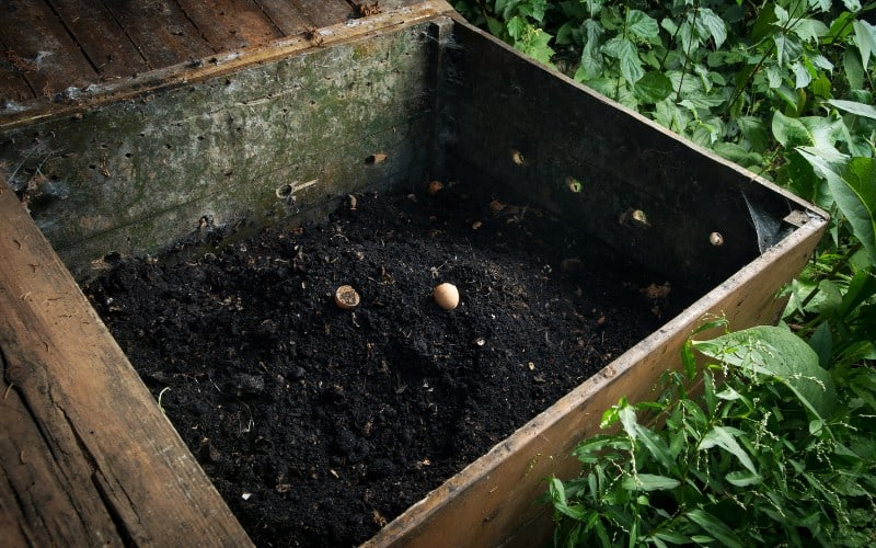 difference between compost pile and compost bin